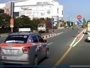 Tin tức trong ngày - Xác minh taxi ngang nhiên phóng ngược chiều trên cầu vượt ở Hà Nội