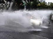 """Tin tức trong ngày - """"Sóng"""" cao gần 2m trên phố Sài Gòn sau cơn mưa như trút nước"""