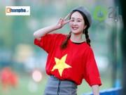 """Fan nữ xinh đợi 5 tiếng  """" săn """"  U20 Việt Nam ở Hàn Quốc"""