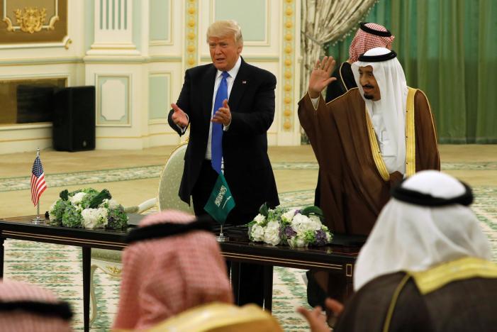 Trump ký hợp đồng 350 tỷ USD bán vũ khí cho Ả Rập Saudi - 1