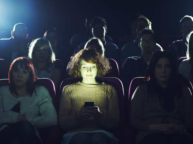 Kiện bạn gái, đòi lại tiền vé xem phim vì... nhắn tin trong rạp - 1