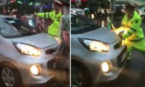 Tài xế taxi khai lý do cản trở đoàn xe ưu tiên, húc CSGT bỏ chạy - 1