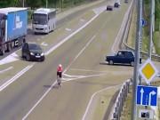 Phi thường - kỳ quặc - Bị ô tô đâm trực diện, người đạp xe thoát chết thần kỳ