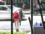Video: Quý ông  dán mắt  vào người đẹp chân dài