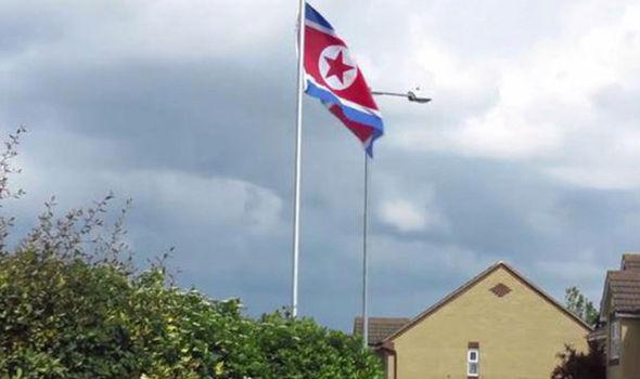"""Anh: Căn nhà bí ẩn """"không người"""" bỗng giương cờ Triều Tiên - 2"""