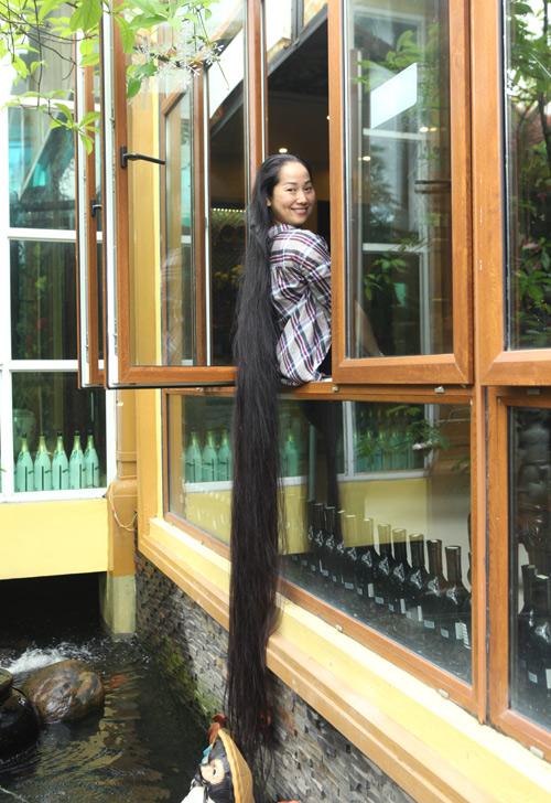 """Người phụ nữ có mái tóc dài nhất VN: """"Cả gia đình tôi phải ngủ ngược giường"""""""