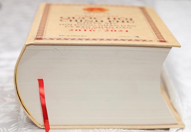 Công bố SĐT di động của nhiều lãnh đạo trong cuốn niên giám 1.800 trang - 1