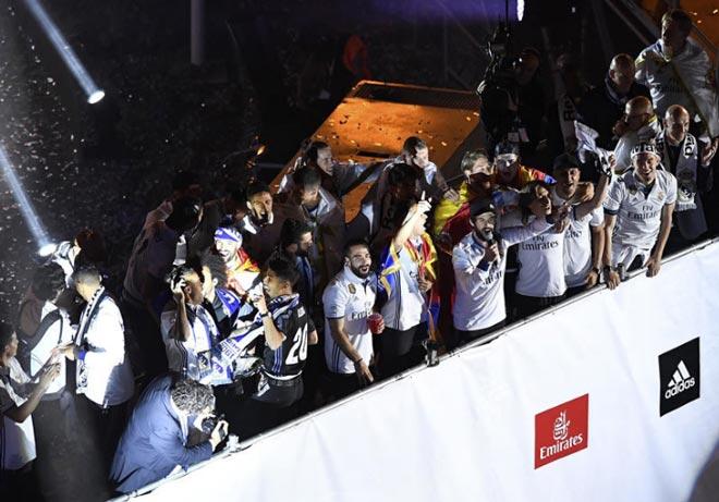 Real vô địch Liga: Ronaldo, Ramos quậy tung đường phố Madrid - 3