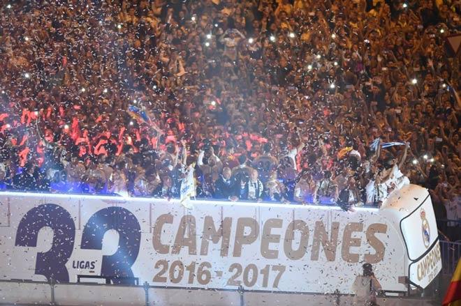 Real vô địch Liga: Ronaldo, Ramos quậy tung đường phố Madrid - 7