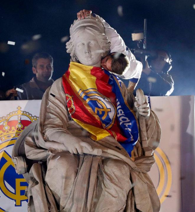 Real vô địch Liga: Ronaldo, Ramos quậy tung đường phố Madrid - 9