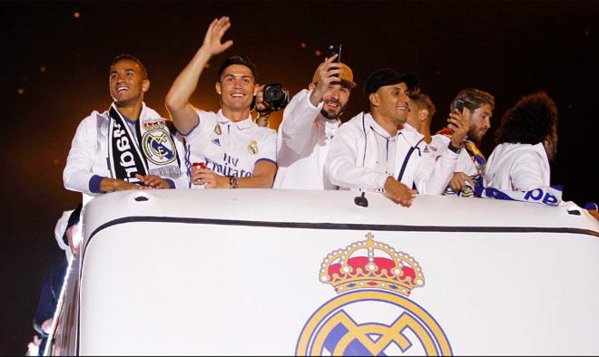 Real vô địch Liga: Ronaldo, Ramos quậy tung đường phố Madrid - 14
