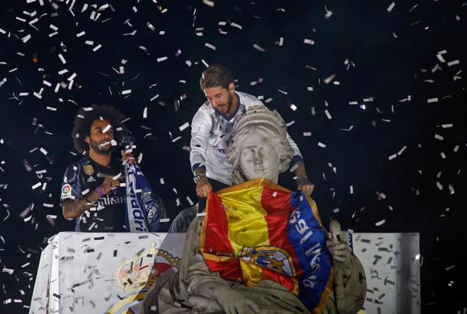 Real vô địch Liga: Ronaldo, Ramos quậy tung đường phố Madrid - 5