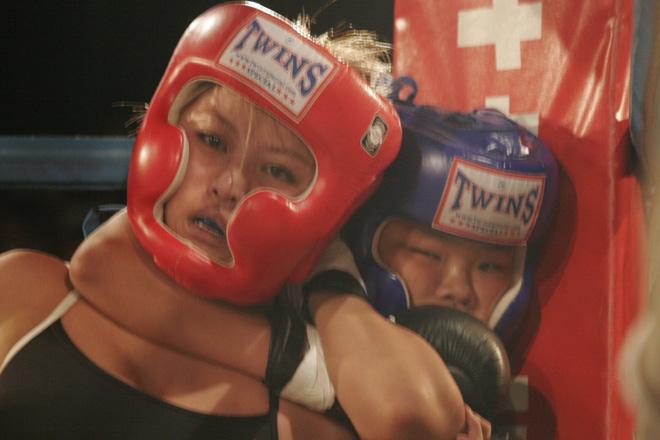 MMA lại sốc: Bé 12 tuổi siết cổ, đánh bại đả nữ 24 - 2