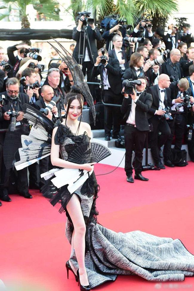 Nữ diễn viên xuất hiện trong ngày khai mạc của Cannes với trang phục của nhà thiết kế Kỳ Cương. Sự xuất hiện của Lam Yến khiến cư dân mạng Trung Quốc cho rằng cô chỉ là một ngôi sao hạng bét, làm xấu mặt màn ảnh Hoa ngữ.