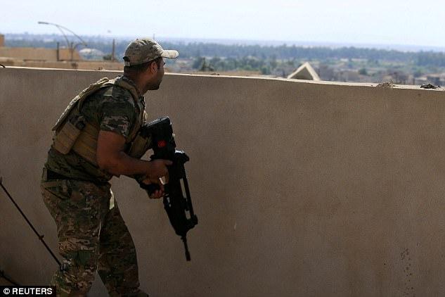 Phát bắn tỉa kinh ngạc trúng cổ phiến quân IS cách 2,4km - 3