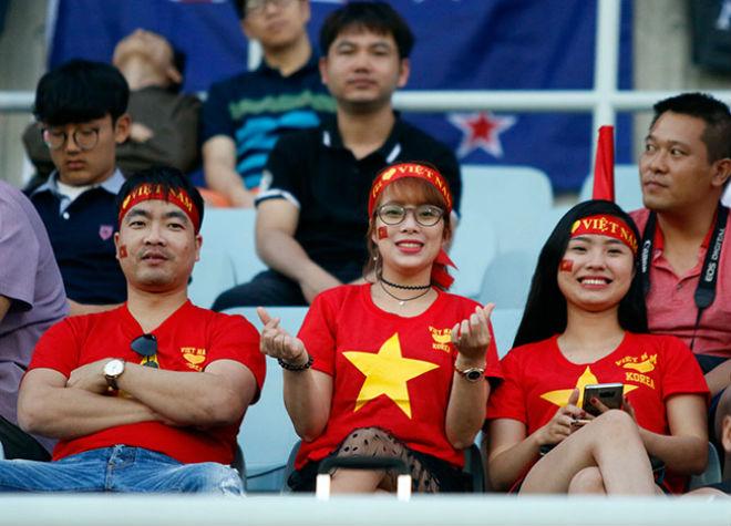 Fan nữ xinh hừng hực khí thế cổ vũ U20 Việt Nam đá U20 New Zealand - 4