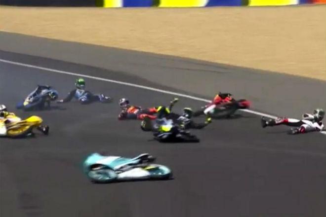 Tai nạn đua xe Moto kinh hoàng: Kỷ lục 20 tay đua ngã liên hoàn - 1