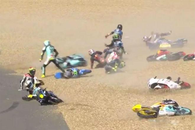Tai nạn đua xe Moto kinh hoàng: Kỷ lục 20 tay đua ngã liên hoàn - 2