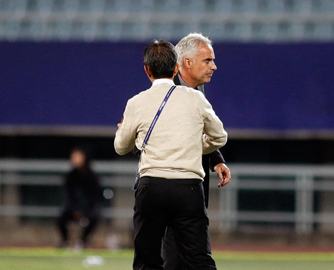 """U20 VN đi vào lịch sử, HLV Hoàng Anh Tuấn """"quát"""" học trò không được cúi đầu - 4"""