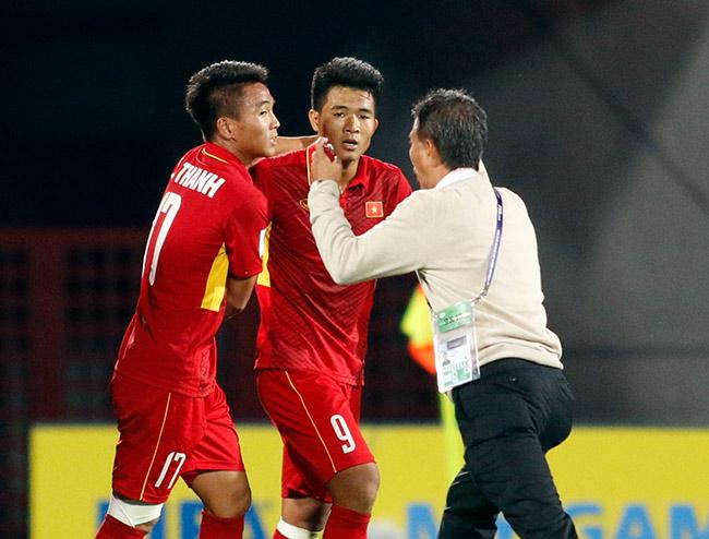 """U20 VN đi vào lịch sử, HLV Hoàng Anh Tuấn """"quát"""" học trò không được cúi đầu - 1"""