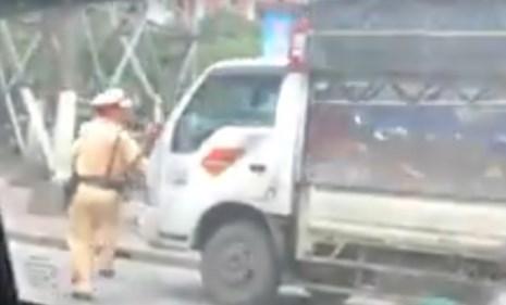 Thực hư clip xe tải ép lùi CSGT để thoát thân - 1