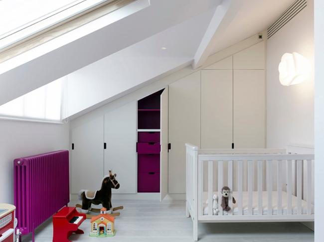 Còn nếu muốn đơn giản, bạn có thể chọn tường và sàn màu trắng, sau đó tô điểm màu sắc cho căn phòng qua các vật dụng và đồ nội thất dành cho bé.