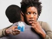 Truyện cười: Bắt chồng phải cấy bệnh... hôi nách
