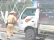 Tin tức trong ngày - Thực hư clip xe tải ép lùi CSGT để thoát thân
