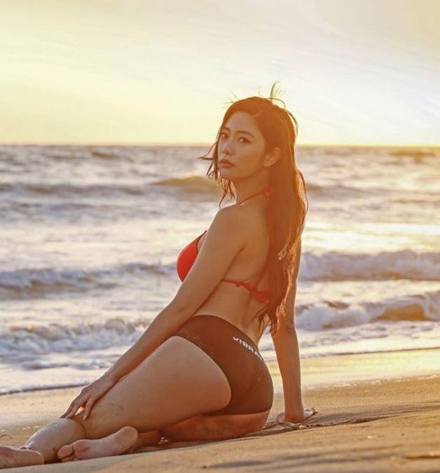 Dưới nắng hè, 3 mỹ nữ khiến trai trẻ hừng hực vì quá bạo khi đi biển - 1