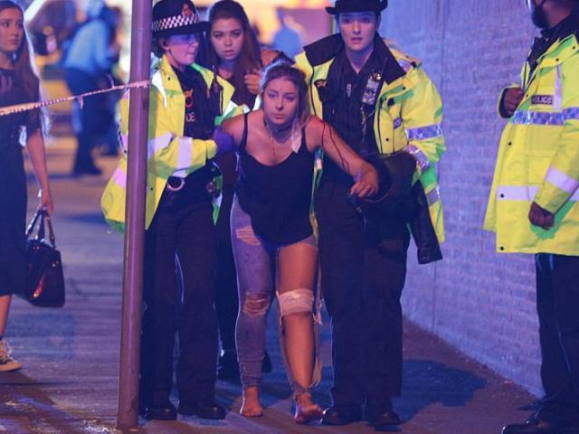 Cảnh tang thương sau khủng bố đẫm máu ở sân vận động Anh