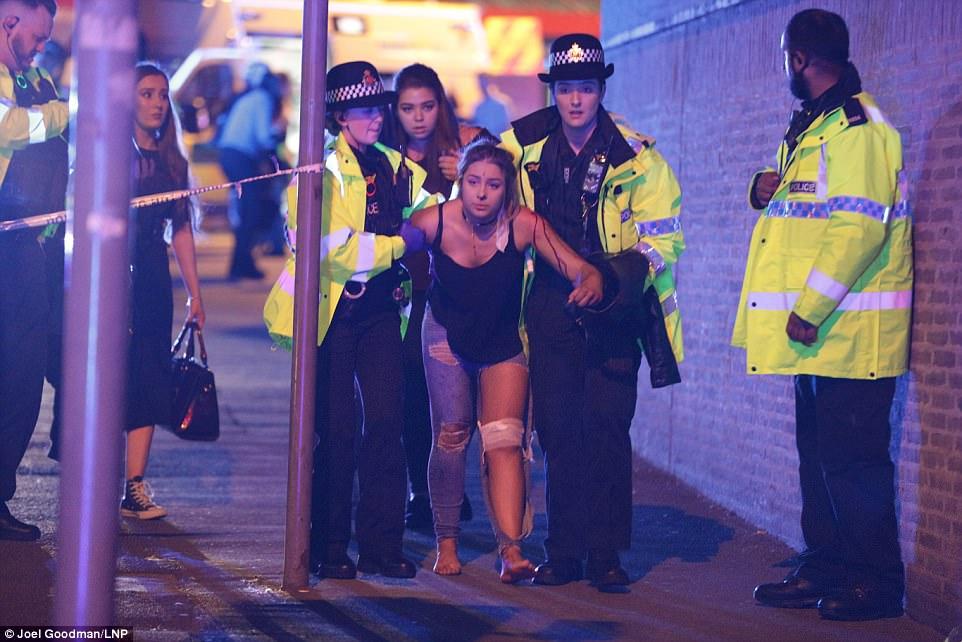 Cảnh tang thương sau khủng bố đẫm máu ở sân vận động Anh - 1