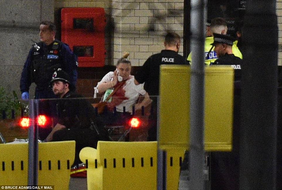 Cảnh tang thương sau khủng bố đẫm máu ở sân vận động Anh - 3