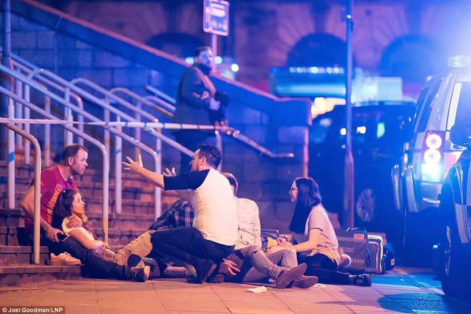 Cảnh tang thương sau khủng bố đẫm máu ở sân vận động Anh - 4