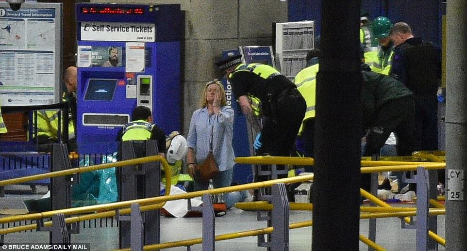 Cảnh tang thương sau khủng bố đẫm máu ở sân vận động Anh - 6