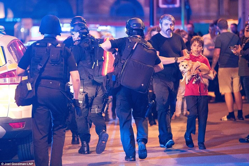 Cảnh tang thương sau khủng bố đẫm máu ở sân vận động Anh - 7