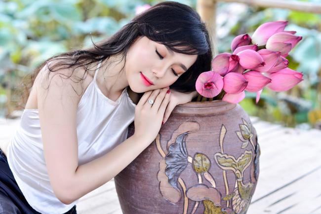 Mặc yếm trắng, váy nâu giản dị, chọn những cách tạo dáng quen thuộc nhưng Huyền Trang (Hà Nội) vẫn có bộ ảnh đẹp mê mẩn bên sen.