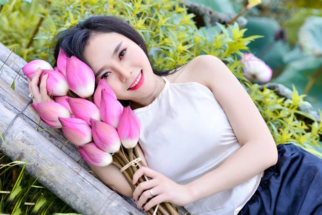 Điểm cuốn hút trong từng shoot hình của cô gái Hà thành là nét đẹp thuần Việt và nụ cười rạng rỡ.