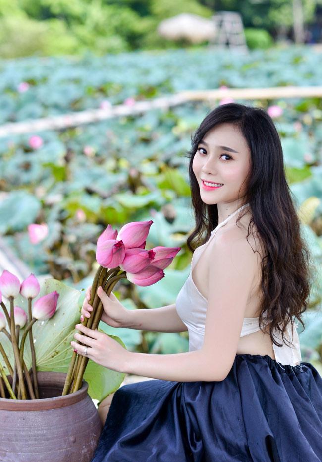 Làn da trắng nõn cùng gương mặt tươi tắn của Huyền Trang khiến mỗi bức hình đều tràn đầy sức sống.