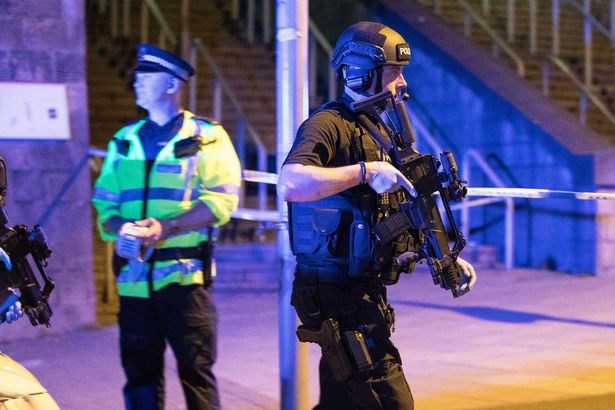 Nhân chứng vụ khủng bố Manchester: Xác người nằm la liệt - 3
