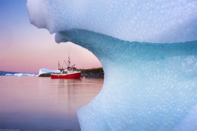 Khung cảnh đặc trưng của Greenland là những tảng băng trôi khổng lồ bao quanh bờ biển.