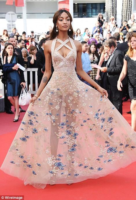 """Thiên thần nội y """"mặc như không"""" đến Cannes, lộ 80% cơ thể - 4"""
