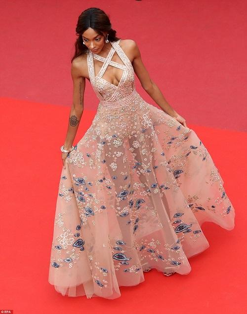 """Thiên thần nội y """"mặc như không"""" đến Cannes, lộ 80% cơ thể - 6"""