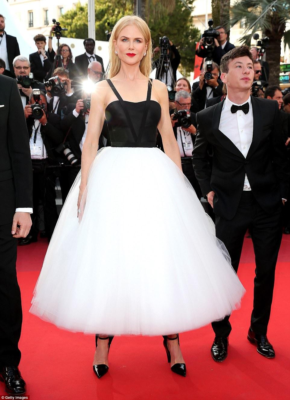 """Thiên thần nội y """"mặc như không"""" đến Cannes, lộ 80% cơ thể - 11"""