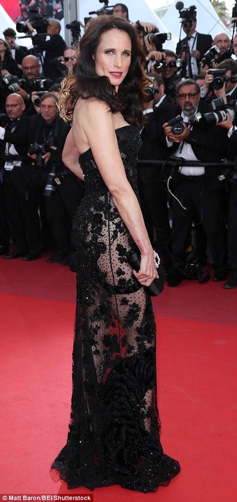 """Thiên thần nội y """"mặc như không"""" đến Cannes, lộ 80% cơ thể - 12"""