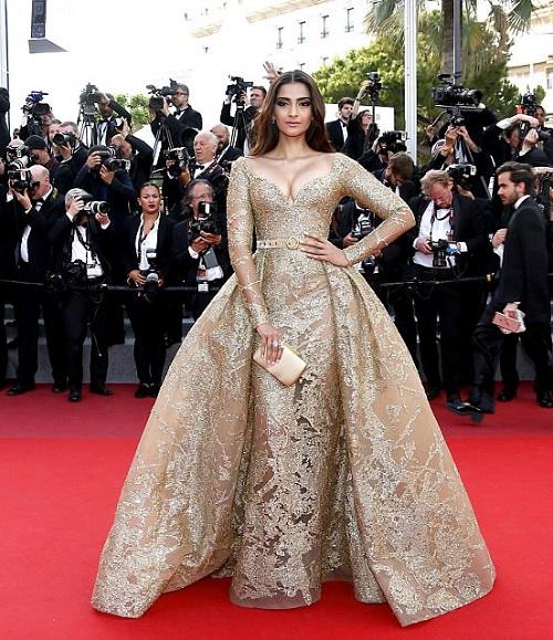 """Thiên thần nội y """"mặc như không"""" đến Cannes, lộ 80% cơ thể - 14"""