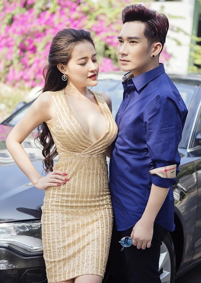 Hôm qua (22.7), ca sĩ Quang Hà ra mắt MV  Nhớ làm gì một người như anh  với sự tham gia của  hot girl ngực khủng  Ngân 98. MV của nam ca sĩ Hà thành gây xôn xao dư luận vì những hình ảnh gợi cảm của cô nàng 9X.