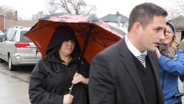 Nữ giáo viên Canada quan hệ với 3 nam sinh bị bắt giam - 1