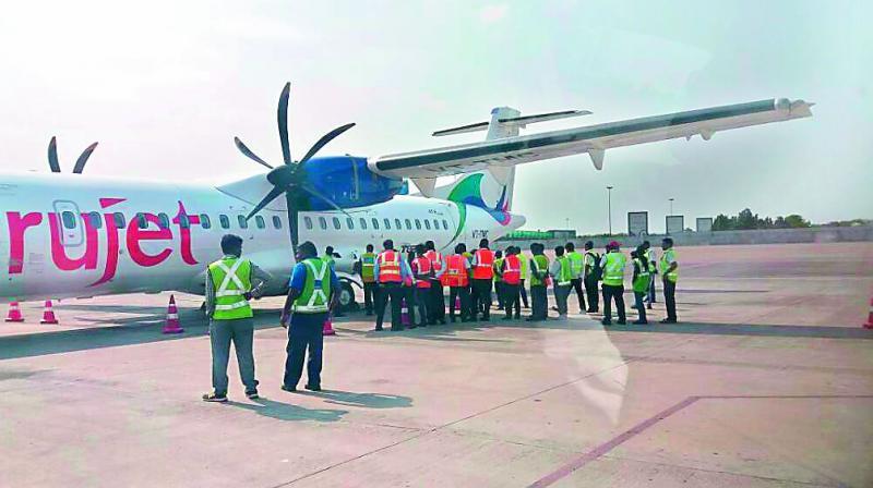 Trăn khổng lồ bò vào sân bay Ấn Độ, suýt lên máy bay - 1