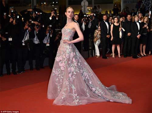 """""""Nàng tiên thả rông"""" đang gây sốt Cannes, cô ấy là ai? - 6"""