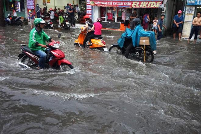 """Tốn trăm tỷ chống ngập, đường vẫn thành sông sau cơn mưa """"chớp mắt"""" - 1"""